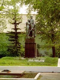 Памятник и вечный огонь в Комсомольском сквере